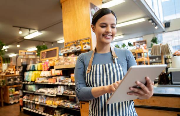 타블렛 미소 들고 슈퍼마켓에서 여성 관리자 - 시장 소매점 뉴스 사진 이미지