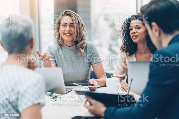 Diskussion Über Business Managerin Stockfoto und mehr Bilder von Geschäftsbesprechung