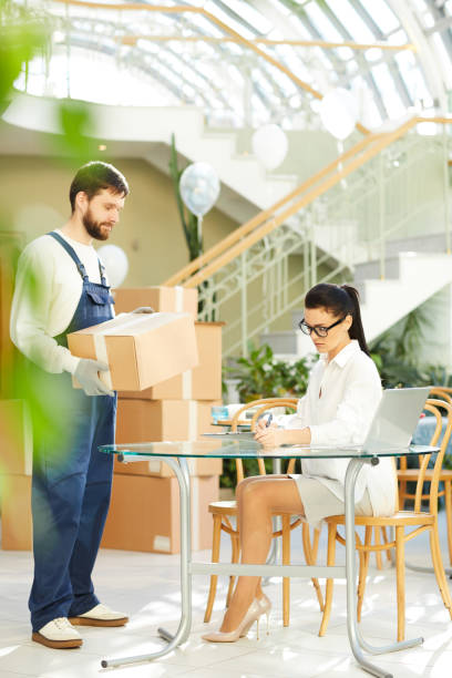 managerin, die interaktion mit mover - umzug checkliste stock-fotos und bilder