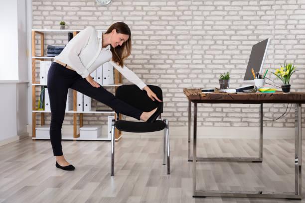 weiblich-manager streckte ihre arme - yoga fürs büro stock-fotos und bilder