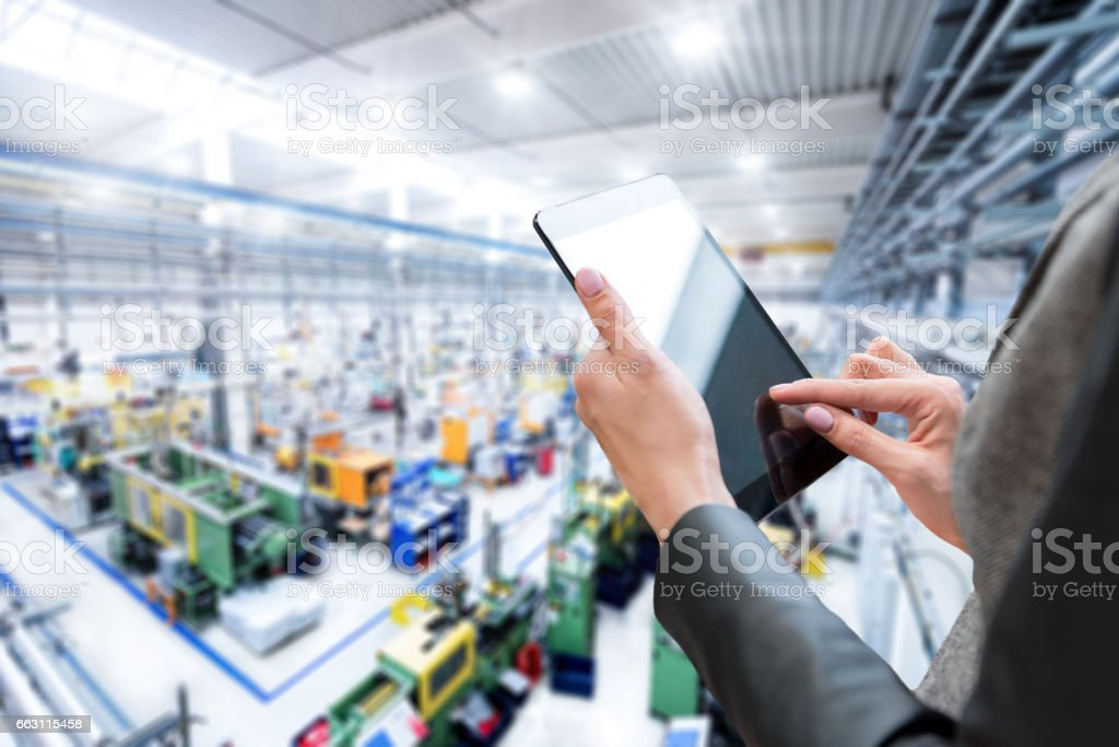 Gerente mulher & tablet em nova fábrica - foto de acervo