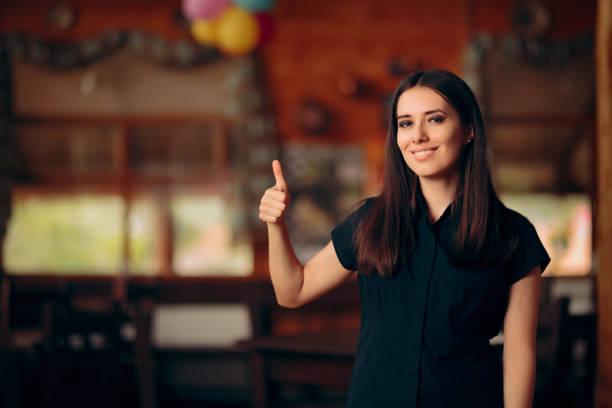 Weibliche Managerin mit Daumen nach oben zeigt Ok Zeichen – Foto