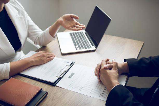 Weibliche Führungskräfte sprechen über die Einstellung von Mitarbeitern im Büro. – Foto