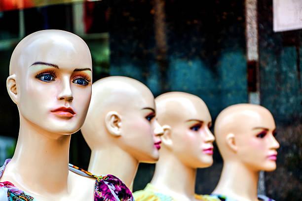 weibliche schaufensterpuppe in der straße. - barbiekleidung stock-fotos und bilder
