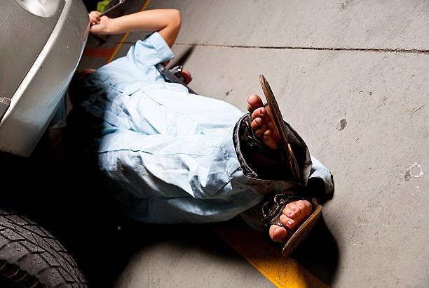 weibliche mechaniker - flip flops reparieren stock-fotos und bilder