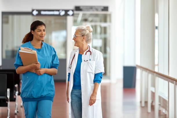 Weibliche Mediziner sprechen im Korridor – Foto