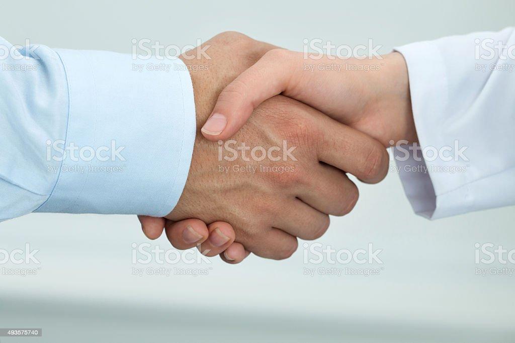 Weibliche Medizin Arzt Händeschütteln mit männlichen Patienten Lizenzfreies stock-foto