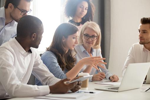Kadın Mentor Öğretim Çalışanları Grup Analiz Çevrimiçi Proje Stratejisi Açıklayan Stok Fotoğraflar & Adamlar'nin Daha Fazla Resimleri