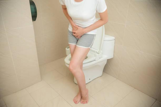 dor de estômago do modelo feminino apresentando menstruação - foto de acervo