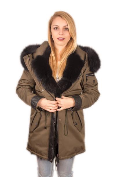 weibliches modell mit haube lederjacke - lederjacke mit kapuze damen stock-fotos und bilder