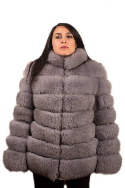 pufidic eather ceket giyen kadın modeli - byakkaya stok fotoğraflar ve resimler