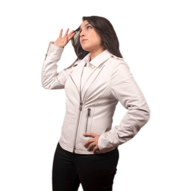 beyaz deri ceket giyen kadın modeli - byakkaya stok fotoğraflar ve resimler