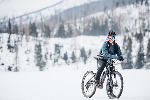 Weibliche Mountainbiker Mit Fahrrad Stehen Im Freien In Der Winternatur Stockfoto und mehr Bilder von Abenteuer