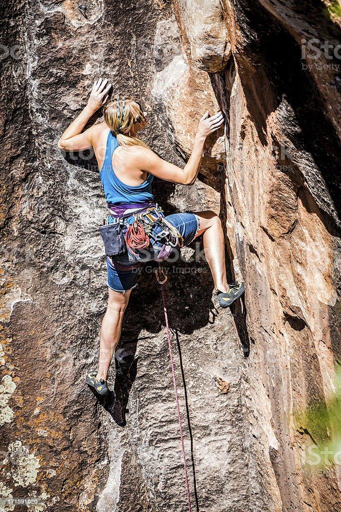Escalador de montaña femenino - foto de stock