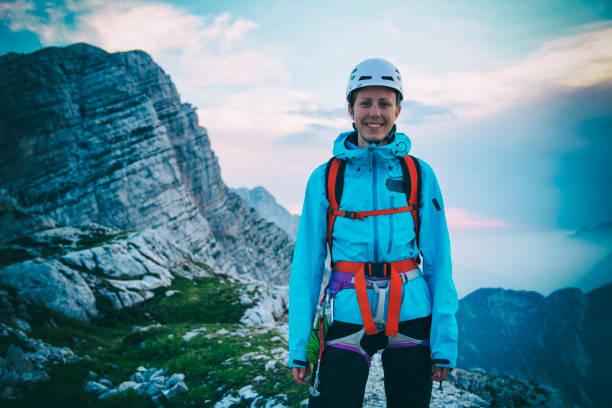 Weibliches Bergsteigerporträt auf der Spitze – Foto