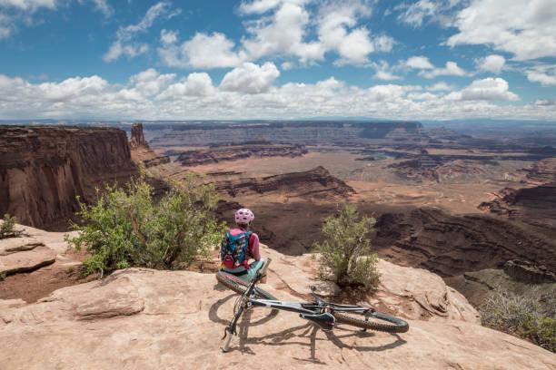 Weibliche Mountainbiker an Dead Horse Point State Park Sicht, Moab, Utah. – Foto