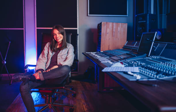weibliche komponist im sound recording studio - produzent stock-fotos und bilder