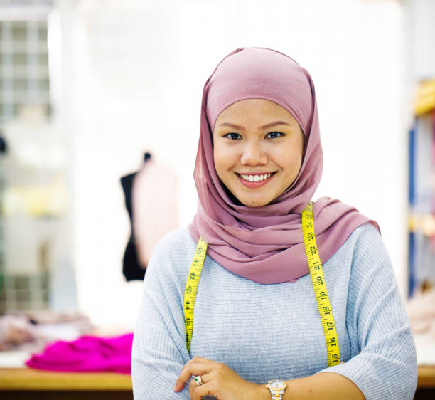verticale musulmane musulmane femelle d'asie du sud-est d'asie du sud-est avec la bande de mesure - business malaysia photos et images de collection