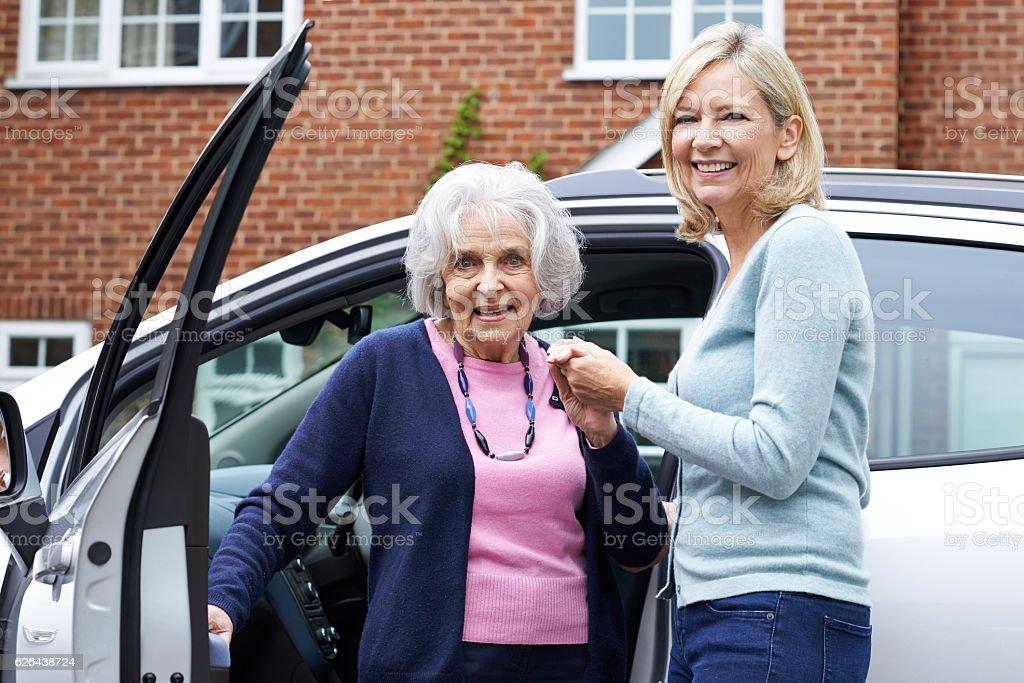 Weibliche Nachbar geben Ältere Frau Ein Aufzug im Auto – Foto