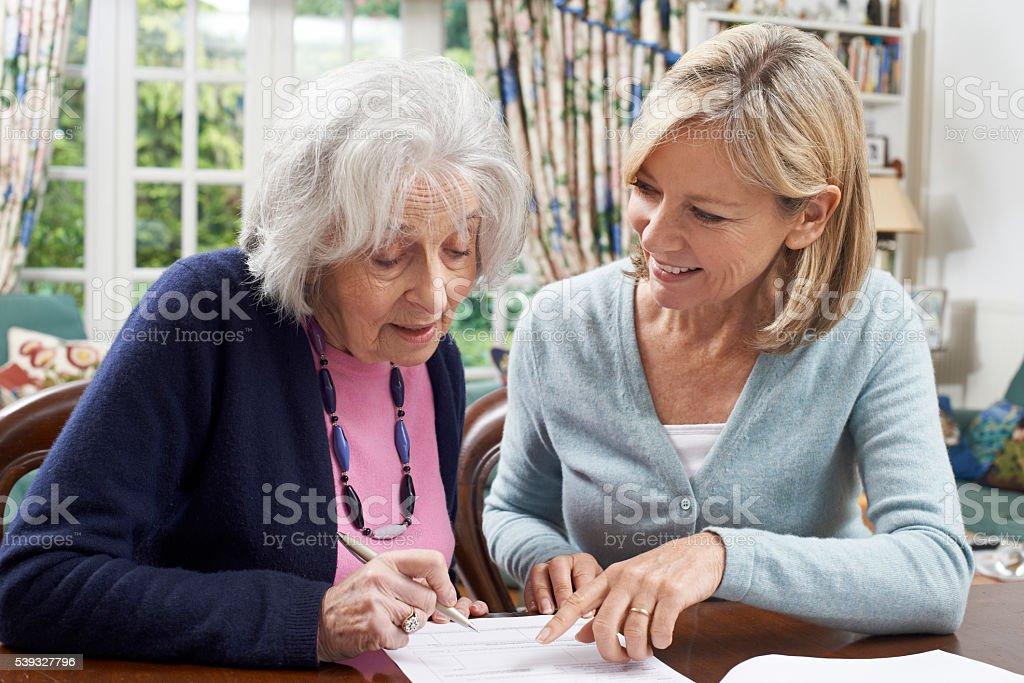 Weibliche Nachbar damit Ältere Frau runden Form – Foto