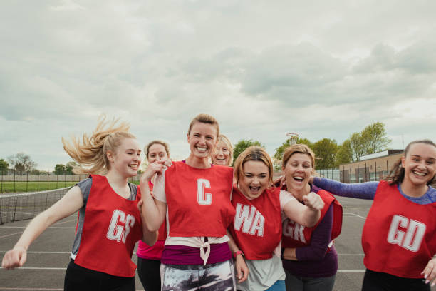 equipe fêmea do netball que comemora uma vitória! - girl power provérbio em inglês - fotografias e filmes do acervo