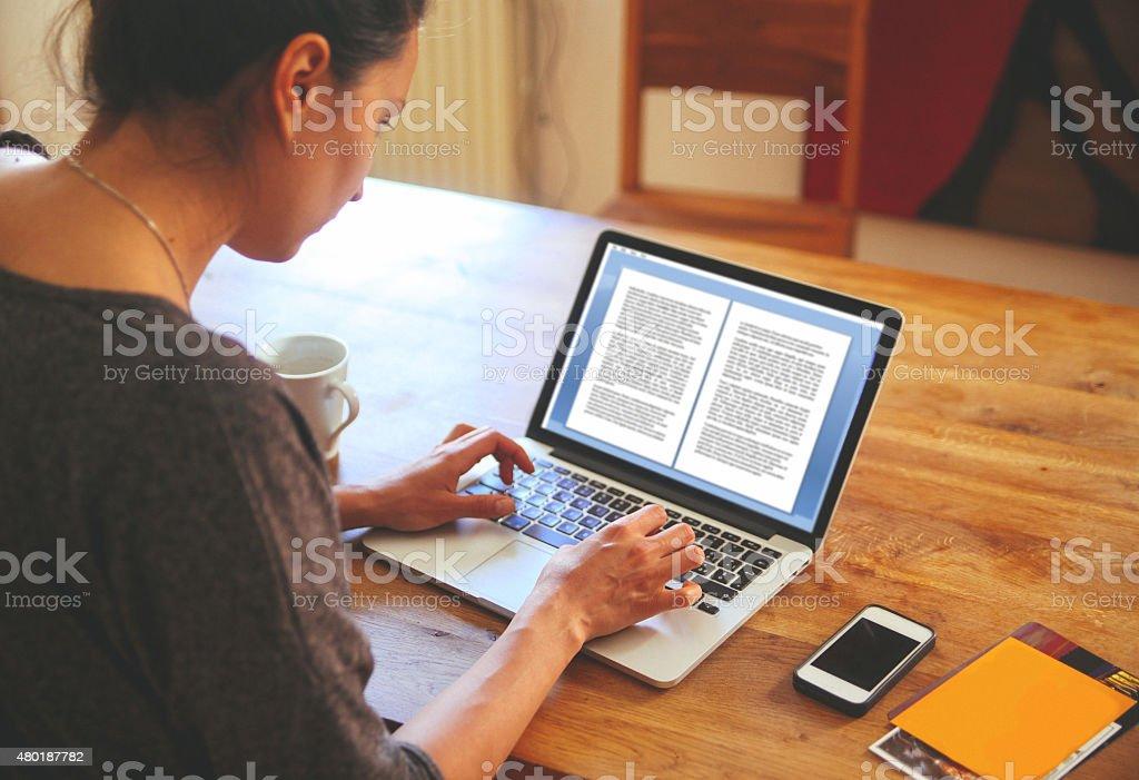 Weibliche englische Autor Schreiben auf dem Notebook – Foto
