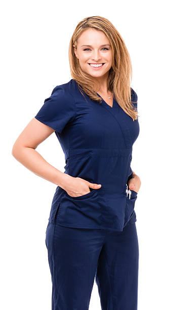 infirmière médecin avec les bras sur les côtés sur blanc - vêtements professionnels hospitaliers photos et images de collection