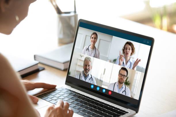 Weibliche Krankenschwester haben Webcam-Konferenz mit Ärzten Kollegen – Foto