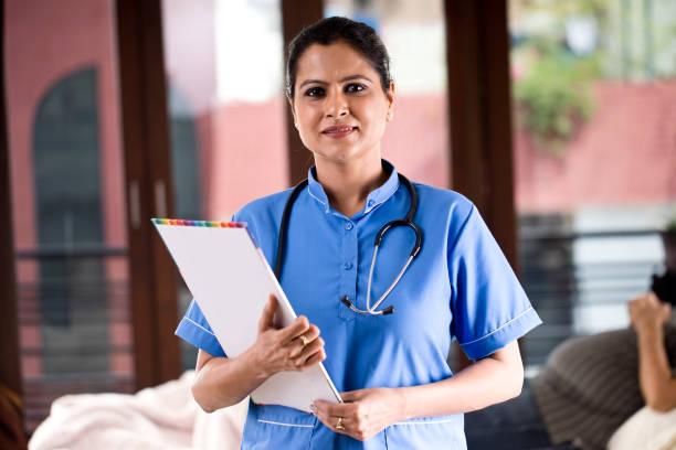 Weibliche Krankenschwester hält Zwischenablage – Foto