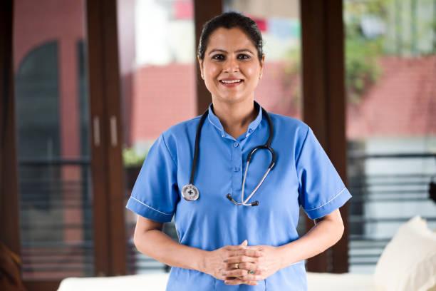 Weibliche Krankenschwester, die in die Kamera schaut – Foto