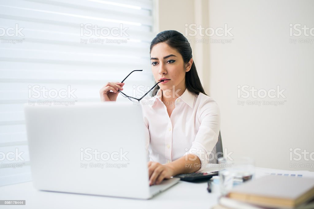 Female office worker on the computer foto royalty-free