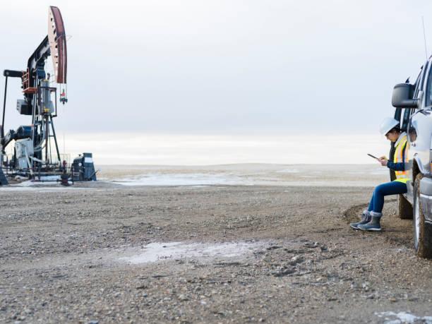 weibliches Öl Arbeiter mit Tablet-PC – Foto
