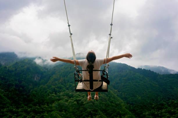 Weibchen auf Swing in den Bergen. – Foto