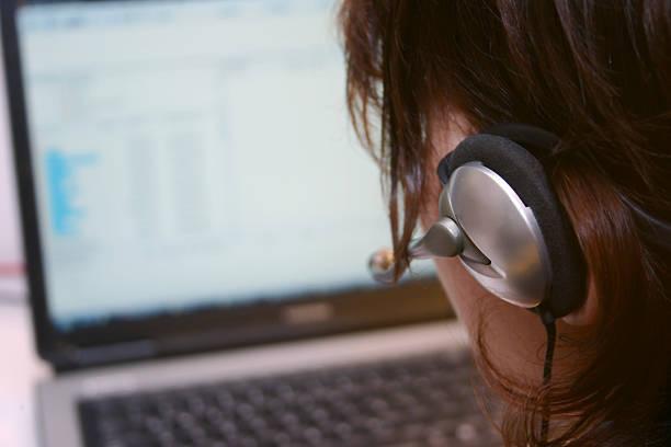 Weibliche operater mit laptop – Foto