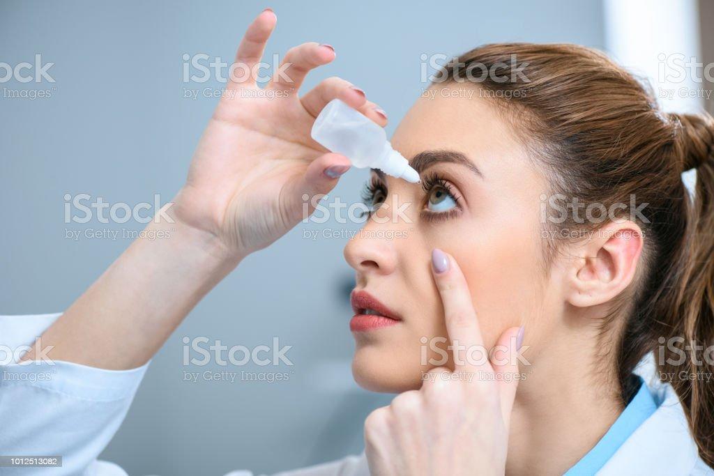 weiblichen Augenarzt Augentropfen tropfenden – Foto