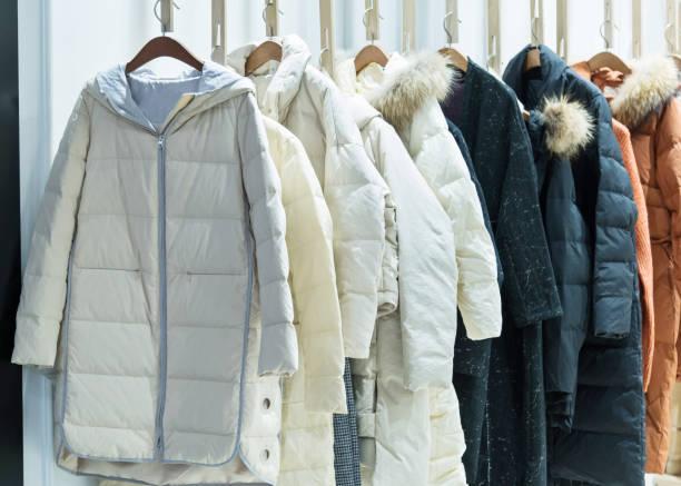 現代服裝店的女式大衣 - 冬天大衣 個照片及圖片檔