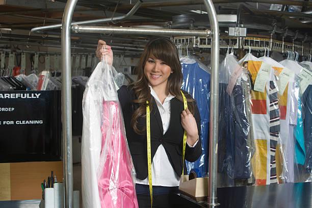 Mujer limpia propietario de retención de vestido de lavandería y planchado - foto de stock
