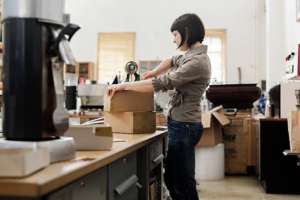 weibliche inhaber eines kaffee roastery - kaffee shop stock-fotos und bilder