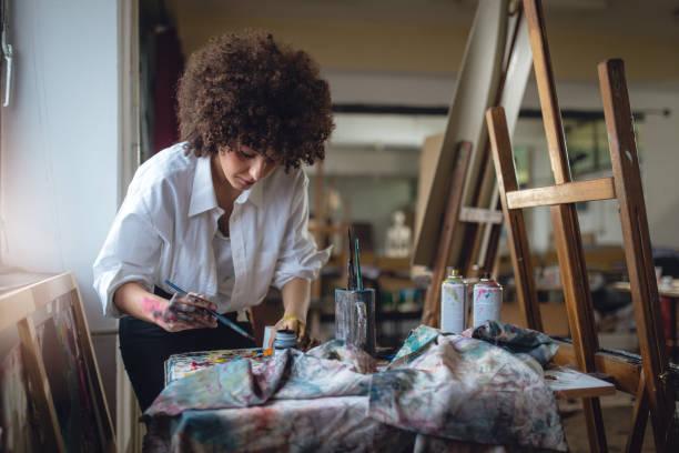 weibliche maler - künstler stock-fotos und bilder
