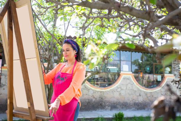 mujer pintora trabajando. - gerardo huitrón fotografías e imágenes de stock