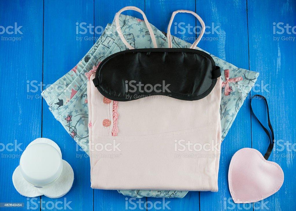 Weibliche Schlafanzug mit leeren Schlafmaske und Nacht-Creme – Foto