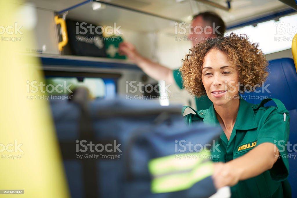 Femme préparation de l'ambulance Auxiliaire médical - Photo