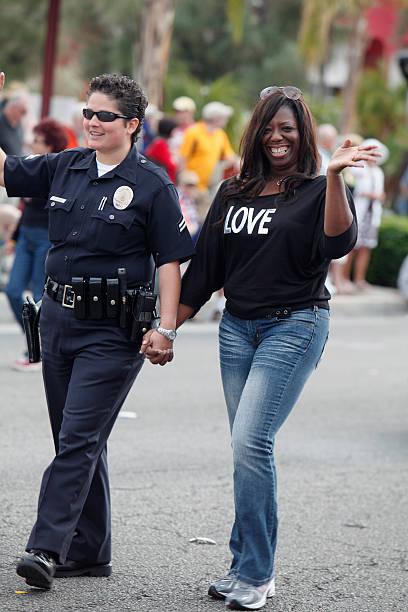 parejas de sexo femenino de a el desfile del orgullo gay - feliz dia del policia fotografías e imágenes de stock