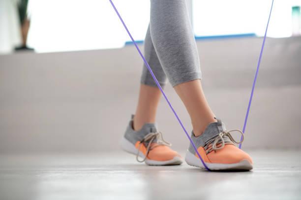 Weibliche Patientenbeine beim Gehen mit Sprungseil – Foto