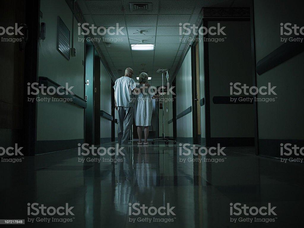 Weibliche Patienten mit intravenöse Infusion – Foto
