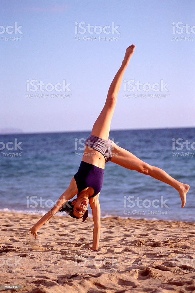 Female performing handstand Lizenzfreies stock-foto