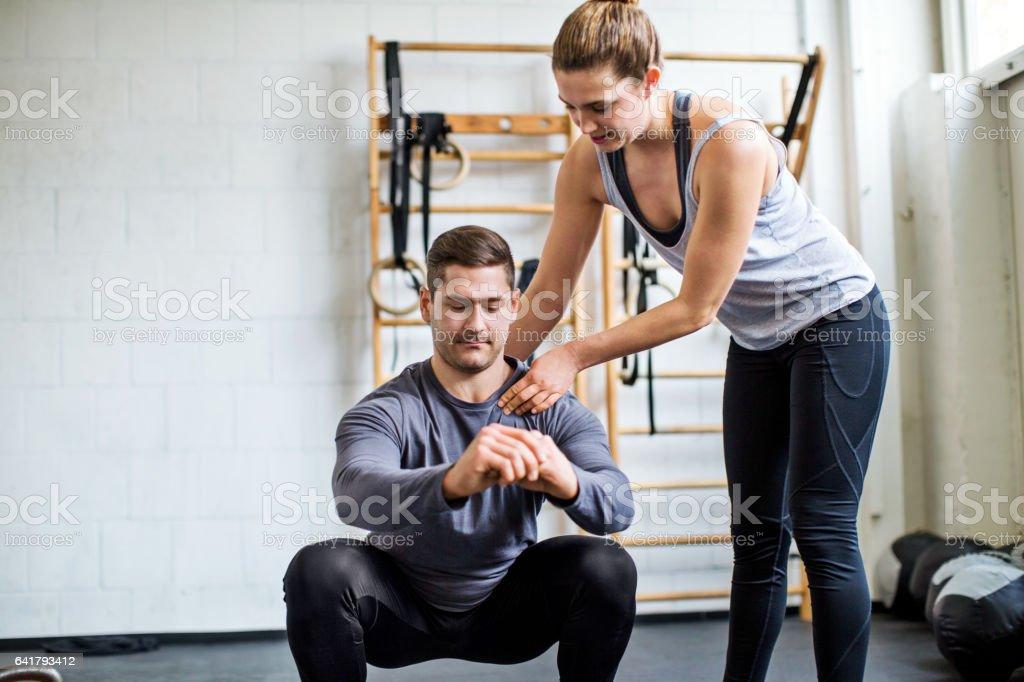 Weibliche Personaltrainer unterstützen Menschen in Turnhalle - Lizenzfrei Aerobic Stock-Foto