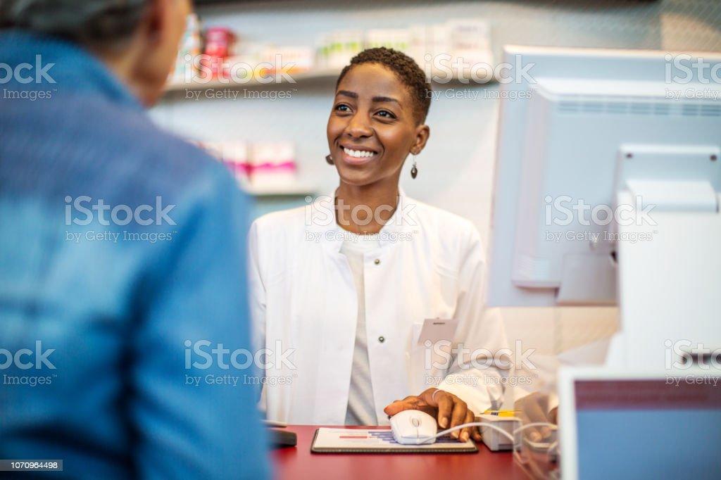 Unterstützung der Kunden in der Apotheke Apothekerin – Foto
