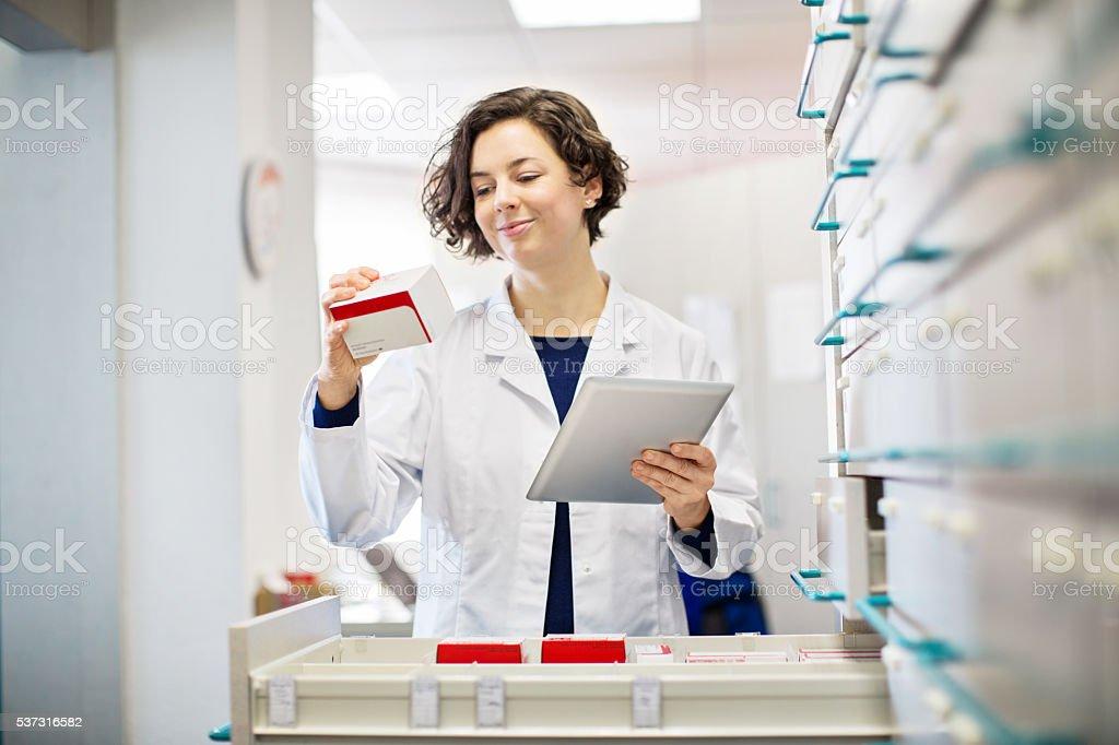 Weibliche Apotheker, die Informationen der Medizin – Foto