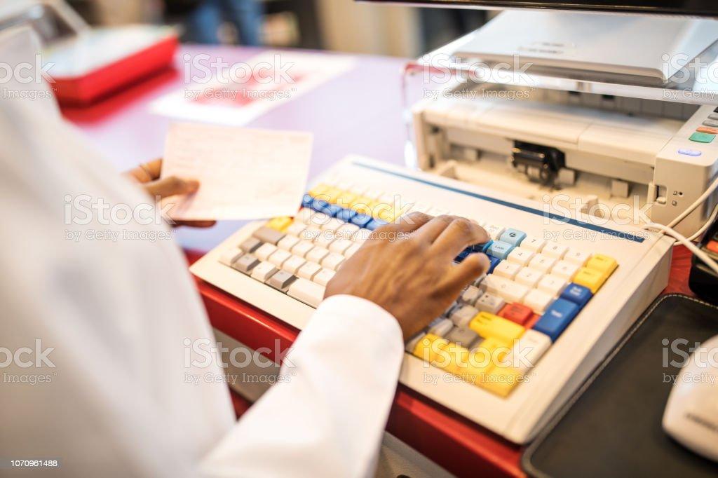 Apothekerin, verschreibungspflichtiges Medikament in der Datenbank suchen – Foto